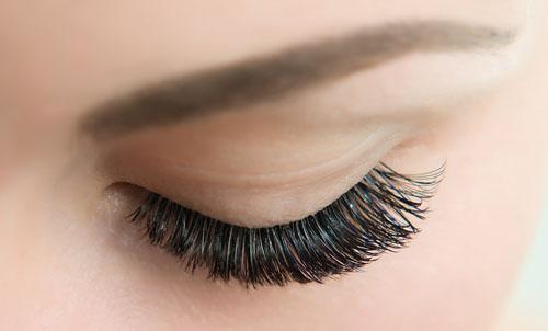 Die Experten des Beauty Instituts Tommy Toro schenken Ihnen einen natürlich schönen Wimpernaufschlag.